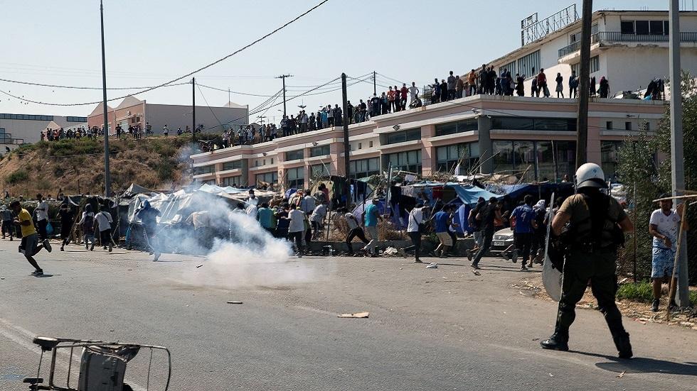 شرطة اليونان تطلق الغاز المسيل للدموع لتفريق مهاجرين