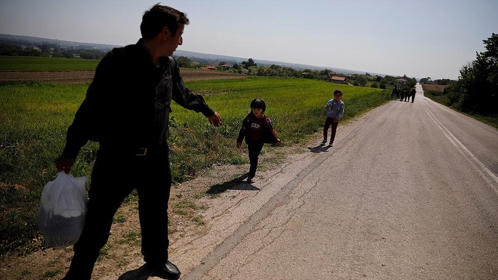 لاجئون سوريون يعبرون الحدود اليونانية من تركيا (صورة أرشيفية)