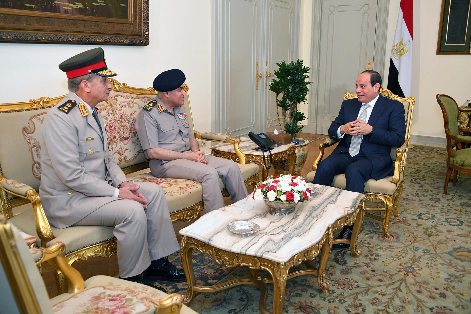 وزير الدفاع المصري يكرم