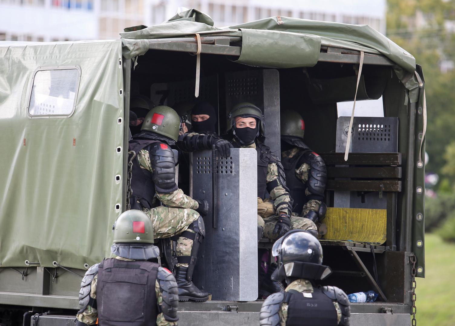 محتجون يحاولون الاقتراب من حي في مينسك يقطنه كبار المسؤولين