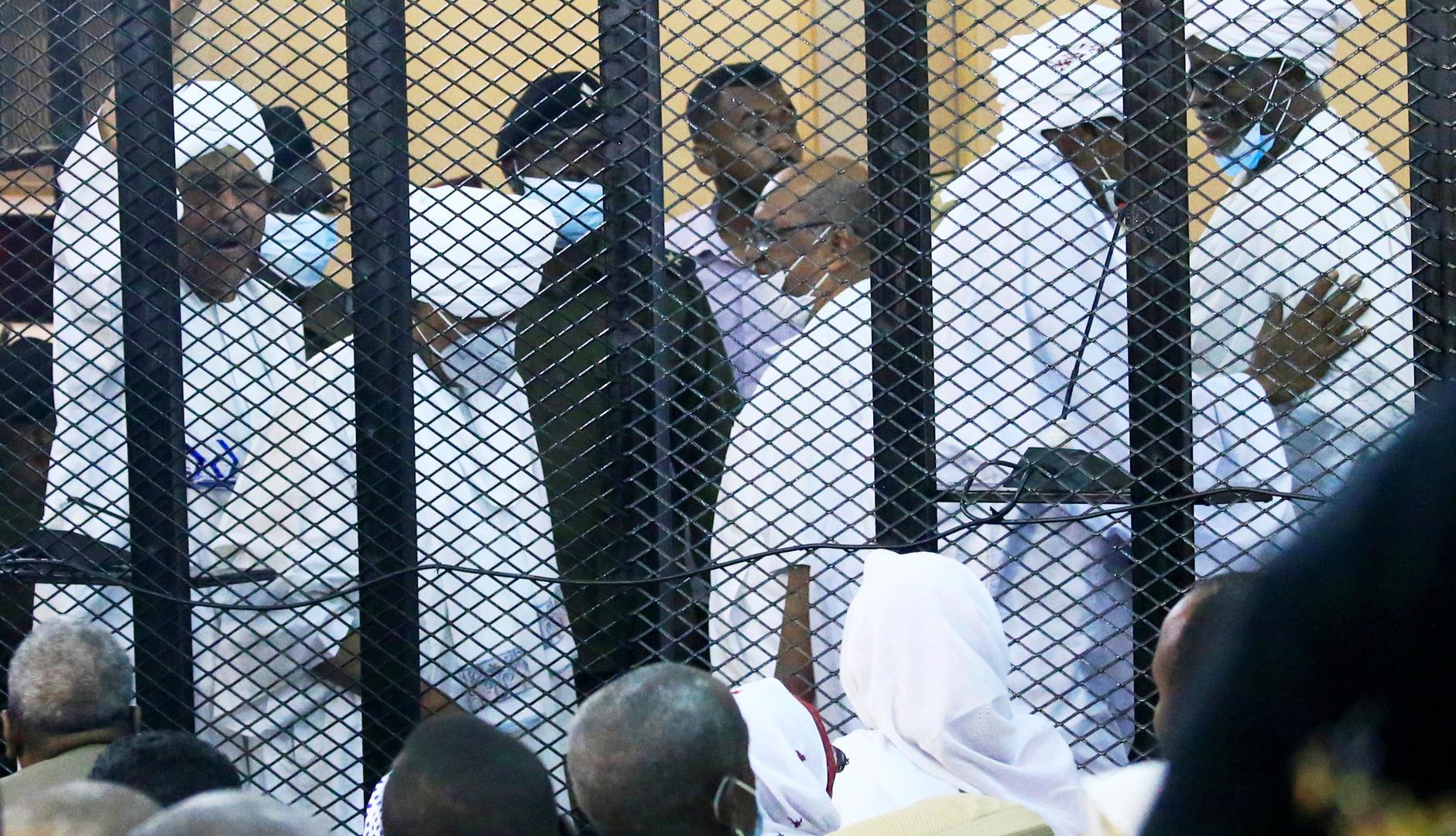 السودان.. محكمة عمر البشير ومعاونيه تستجيب لطلبين من الدفاع