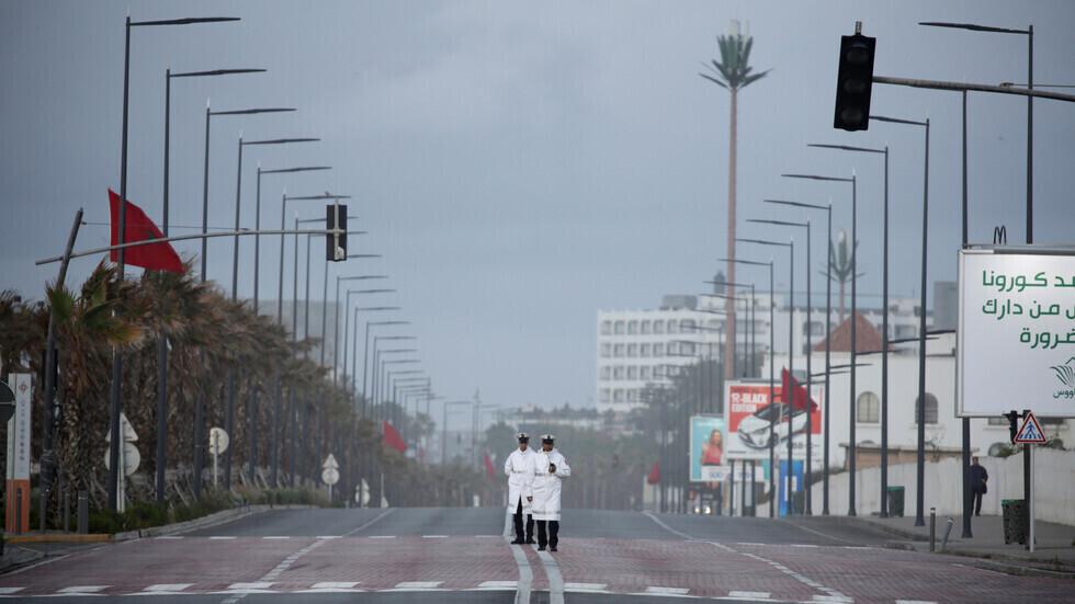 عنصران من الشرطة المغربية في مدينة الدار البيضاء.