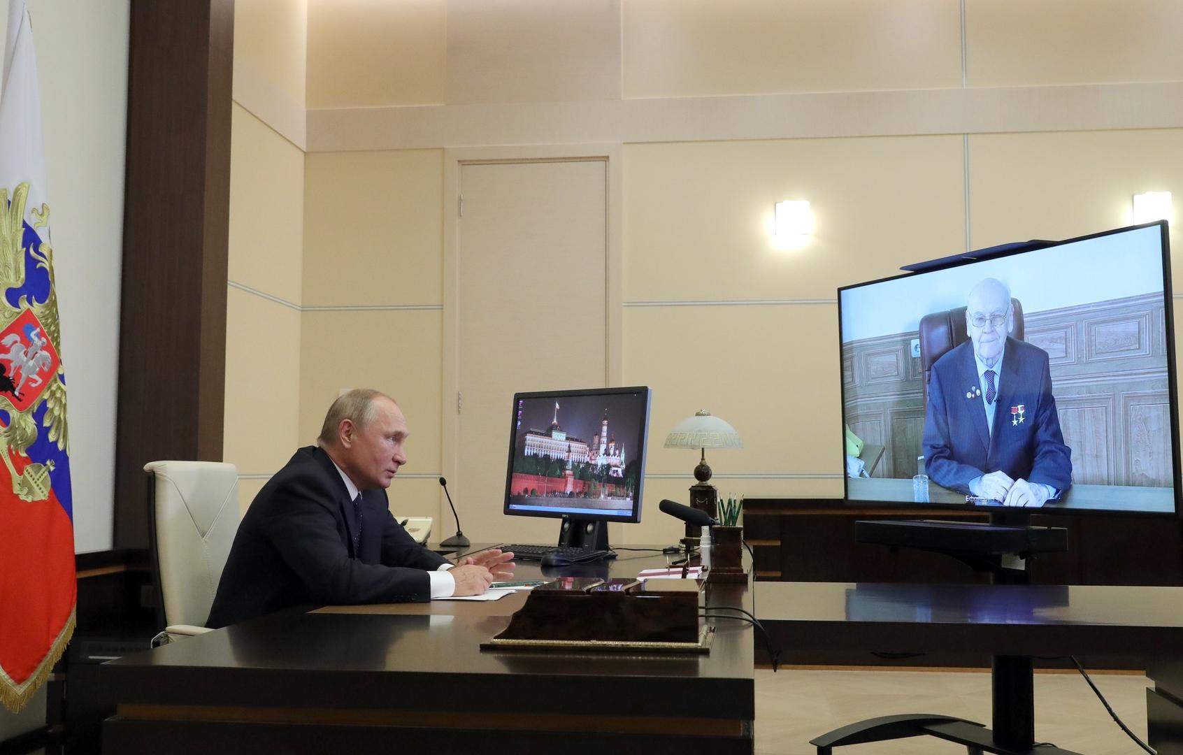 الرئيس الروسي، فلاديمير بوتين، يجري اتصالا عبر الفيديو مع مصمم الصواريخ، غربرت يفريموف