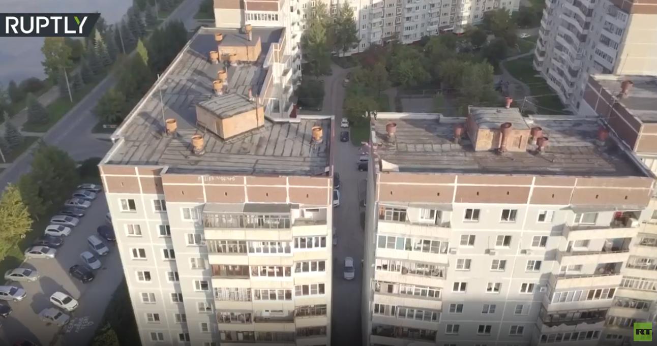 شاب روسي يحلق بدراجته الهوائية فوق أسطح المباني