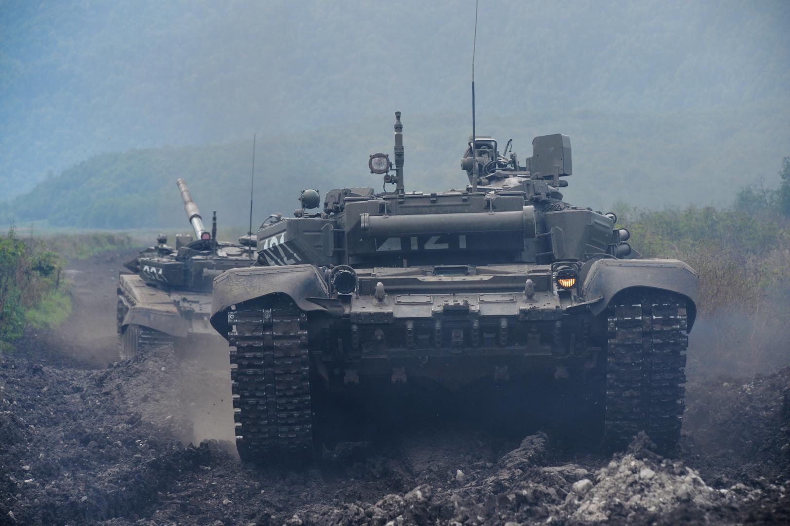 دبابتان روسيتان خلال مناورات في شمال قوقاز (أرشيف).