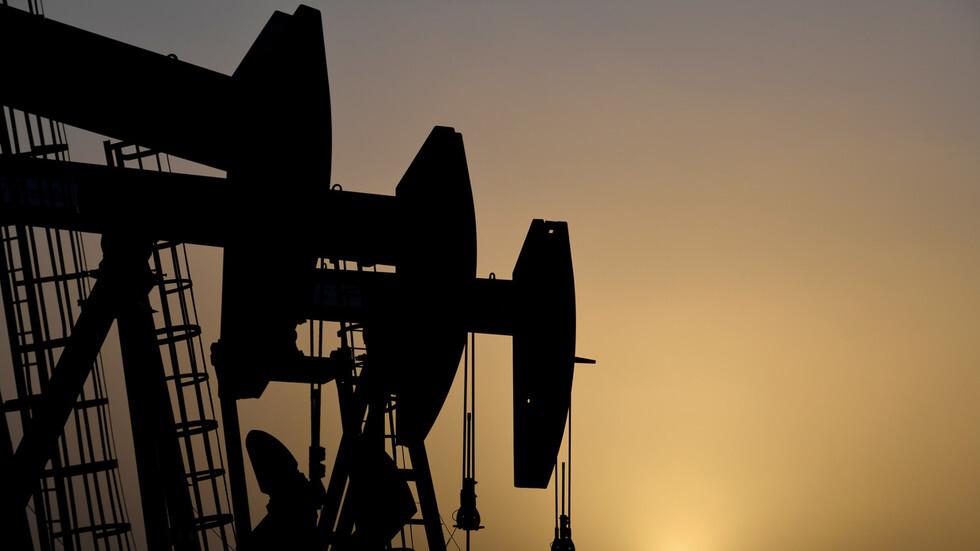 عقود النفط الأمريكي تنخفض بنحو 5%
