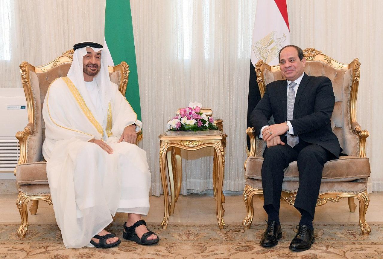 الرئيس المصري، عبد الفتاح السيسي، وولي عهد أبو ظبي، نائب القائد الأعلى للقوات المسلحة الإماراتية، الشيخ محمد بن زايد آل نهيان.