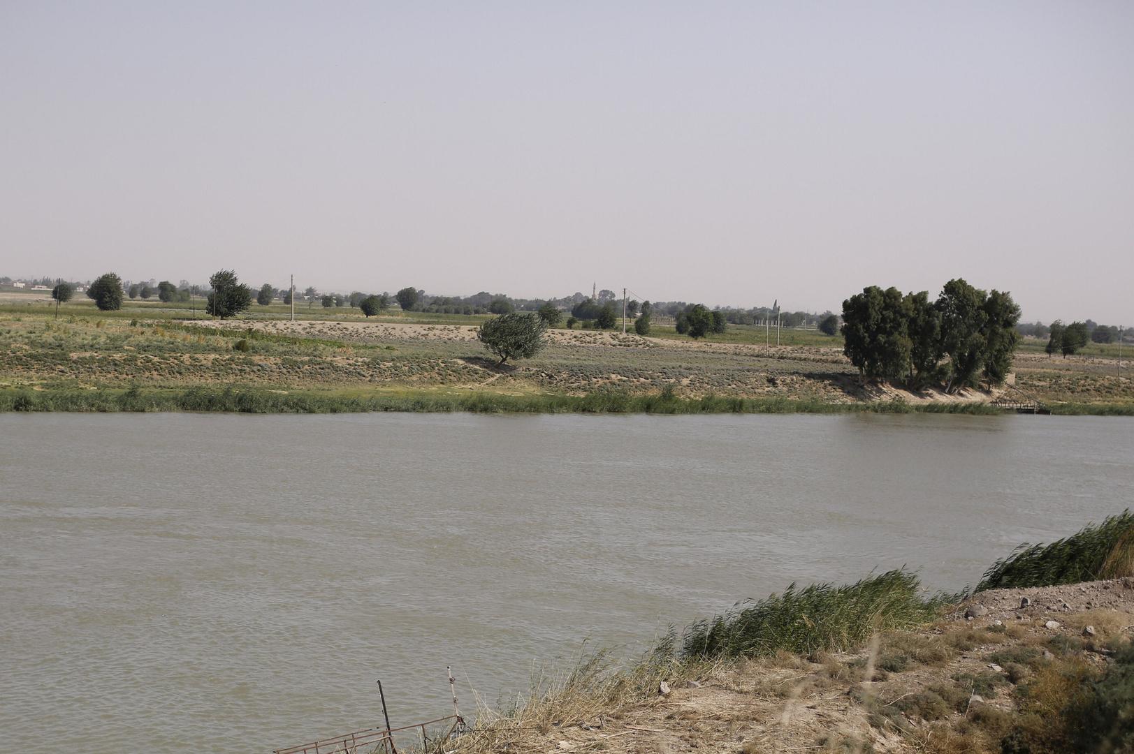 سلطات دير الزور تفتتح معبرا طوفيا عائما يربط ضفتي نهر الفرات شرق سوريا