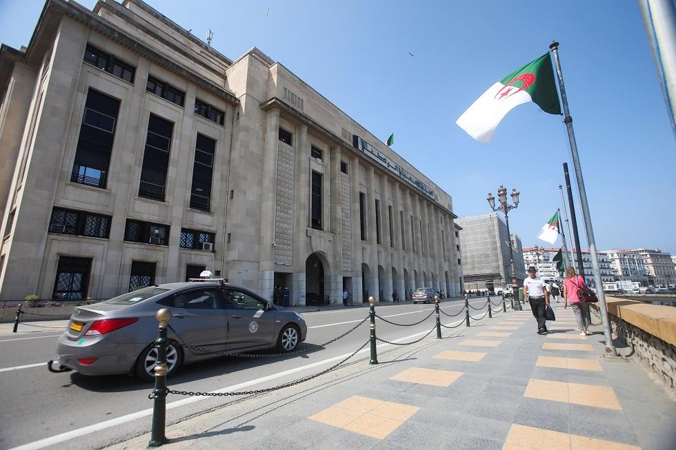 البرلمان الجزائري يرفع الحصانة عن نائبين