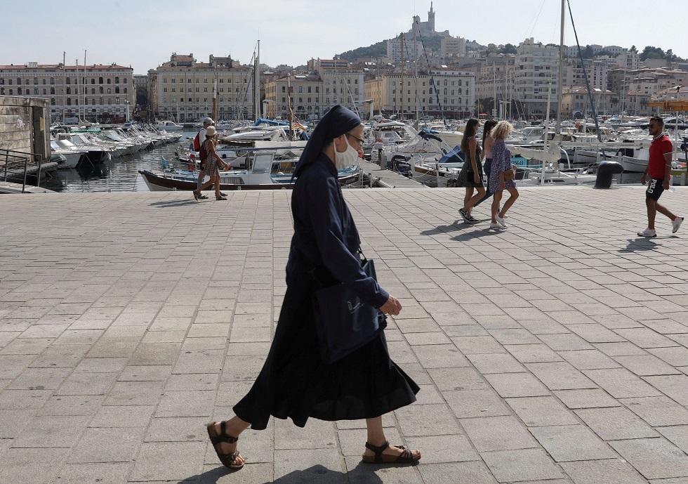 رئيس وزراء فرنسا يلوح بعزل بعض المناطق بالبلاد مع ارتفاع إصابات كورونا