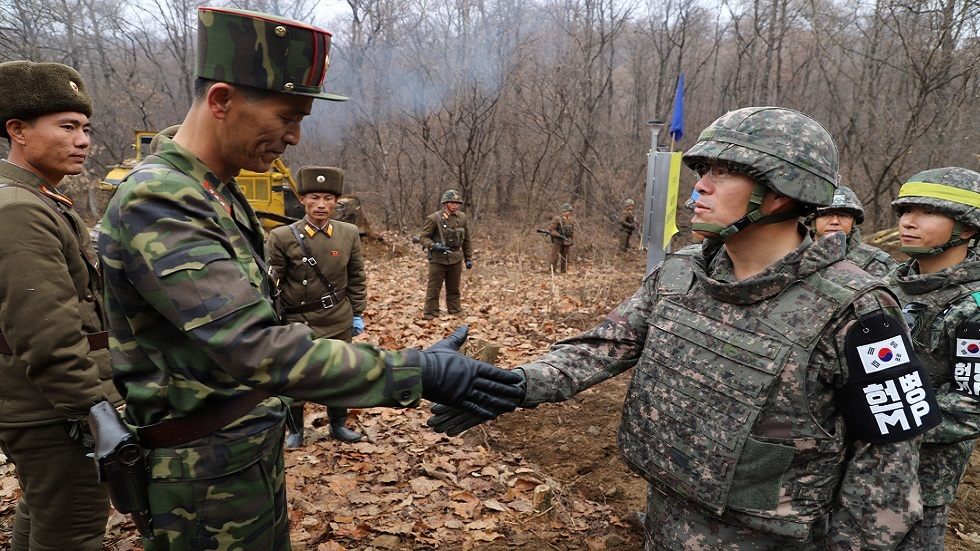 لقاء بين جنود كوريين جنوبيين وشماليين على الحدود (صورة أرشيفية)