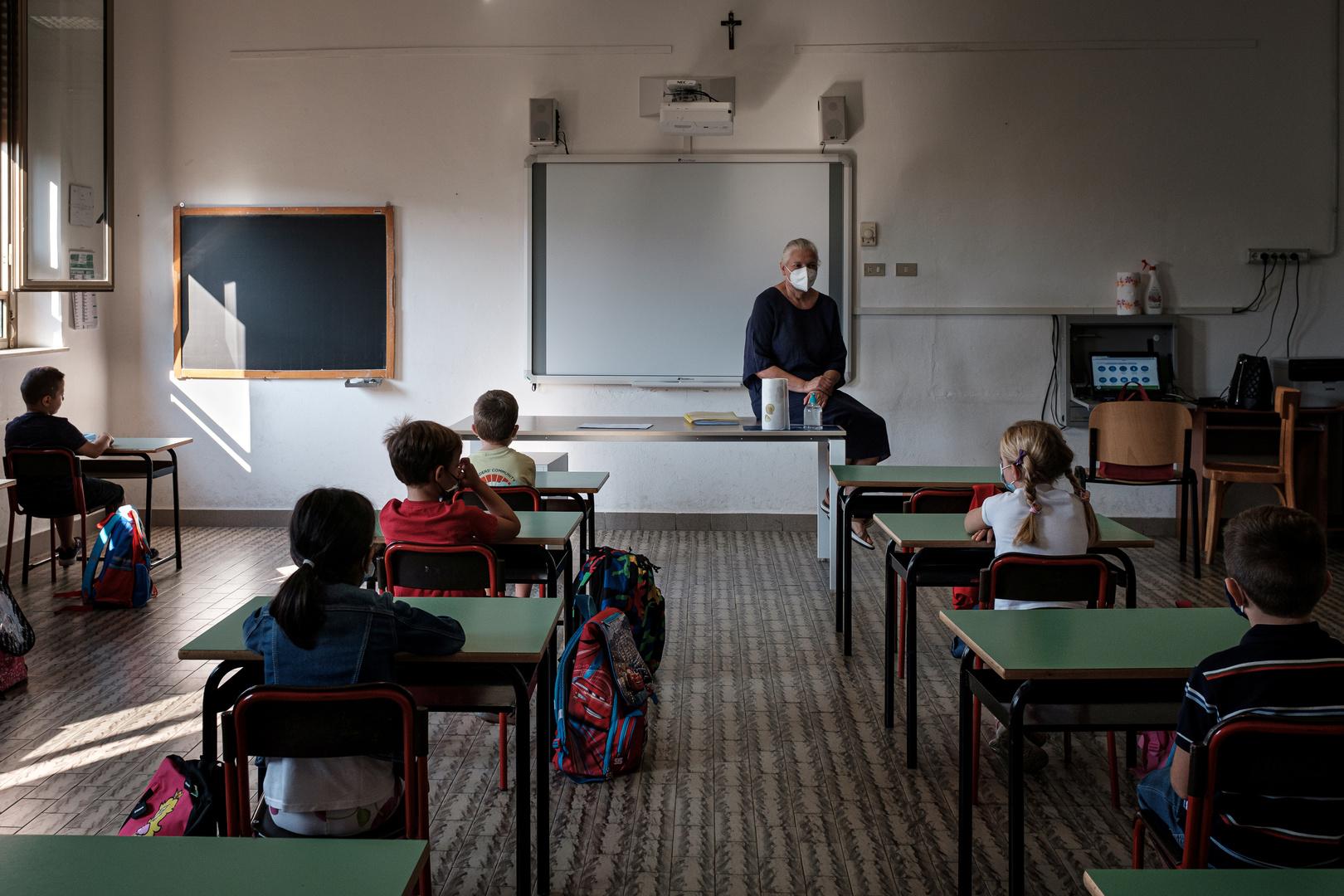 إيطاليا.. مدرسة ترغم طالبتها المتفوقة على عصب عينيها أثناء الامتحان