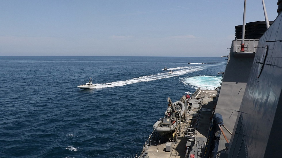 زوارق للحرس الثوري الإيراني تناور قرب سفينة حربية أمريكية في الخليج (صورة أرشيفية)