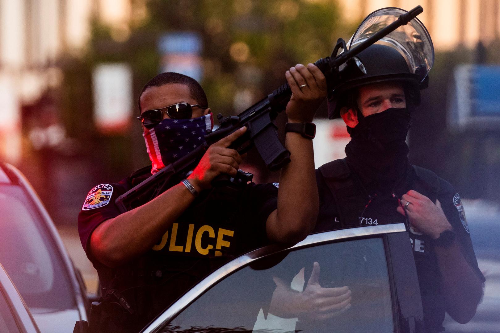 رجال شرطة في مدينة لويسفيل الأمريكية