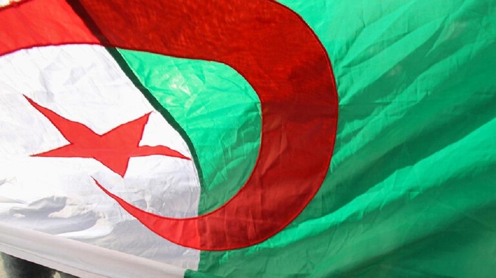 عشرات المحامين يضربون بالجزائر العاصمة مطالبين بـ