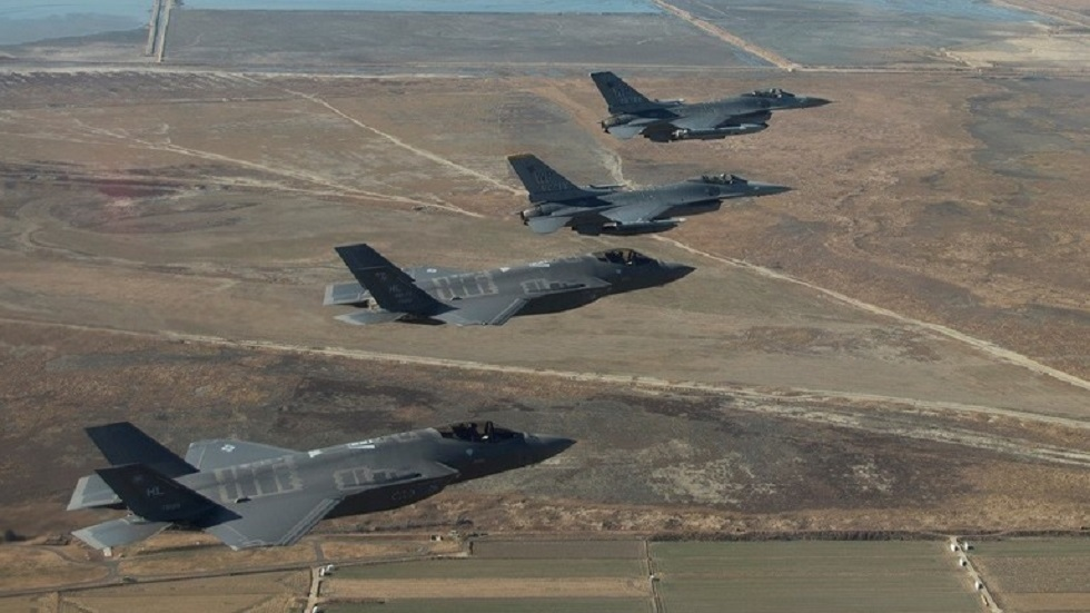 طائرات تابعة لسلاح الجو الأمريكي من طراز إف - 16