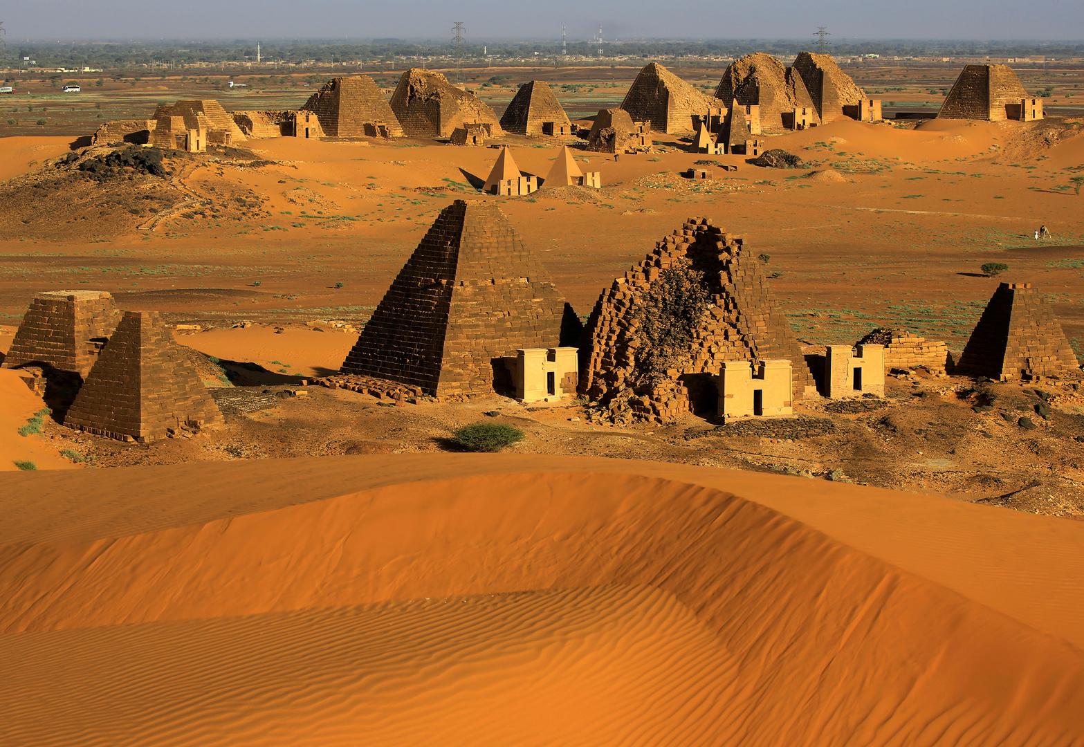المقابر الملكية في أهرامات مروي في البجراوية في السودان