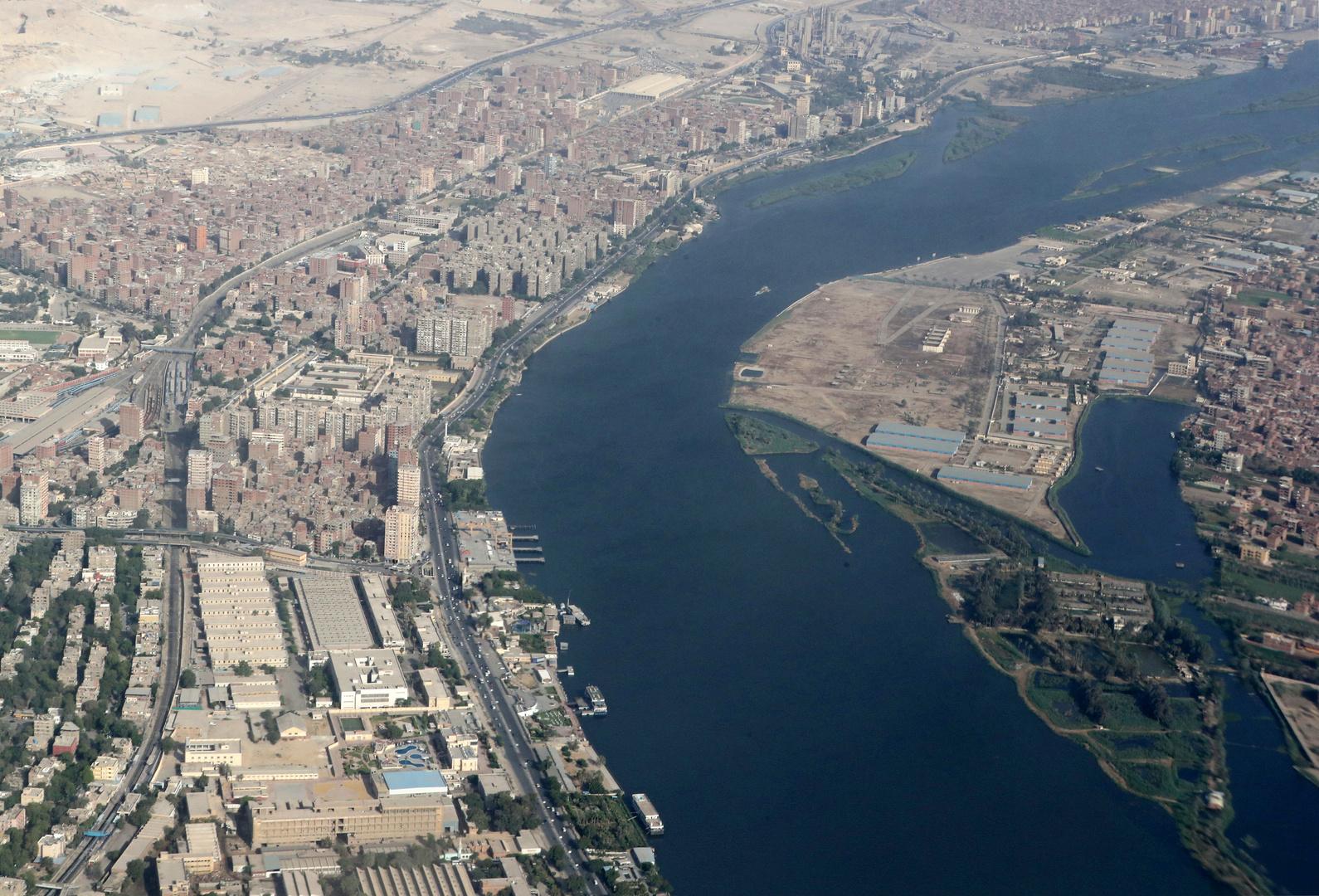مصر.. مواطنون يتنقلون بالقوارب بعد فيضان النيل (صور)