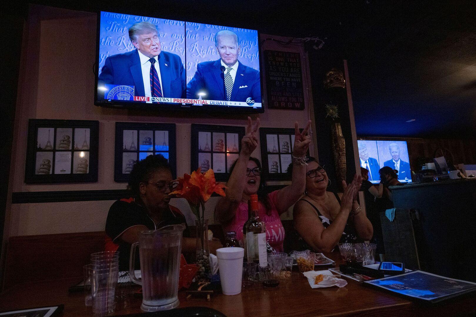 بايدن يرد على ترامب بصورة لسماعة وآيس كريم