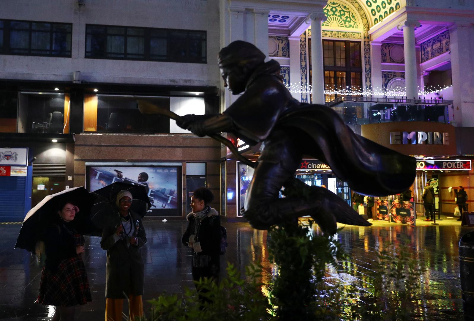 ينظر الناس إلى تمثال لهاري بوتر بعد أن تم كشف النقاب عنه في ساحة ليستر في لندن