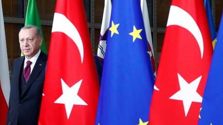 """""""واضعا يده على قلبه"""": أردوغان يستبعد إعادة النظر في سياسة تركيا الخارجية"""