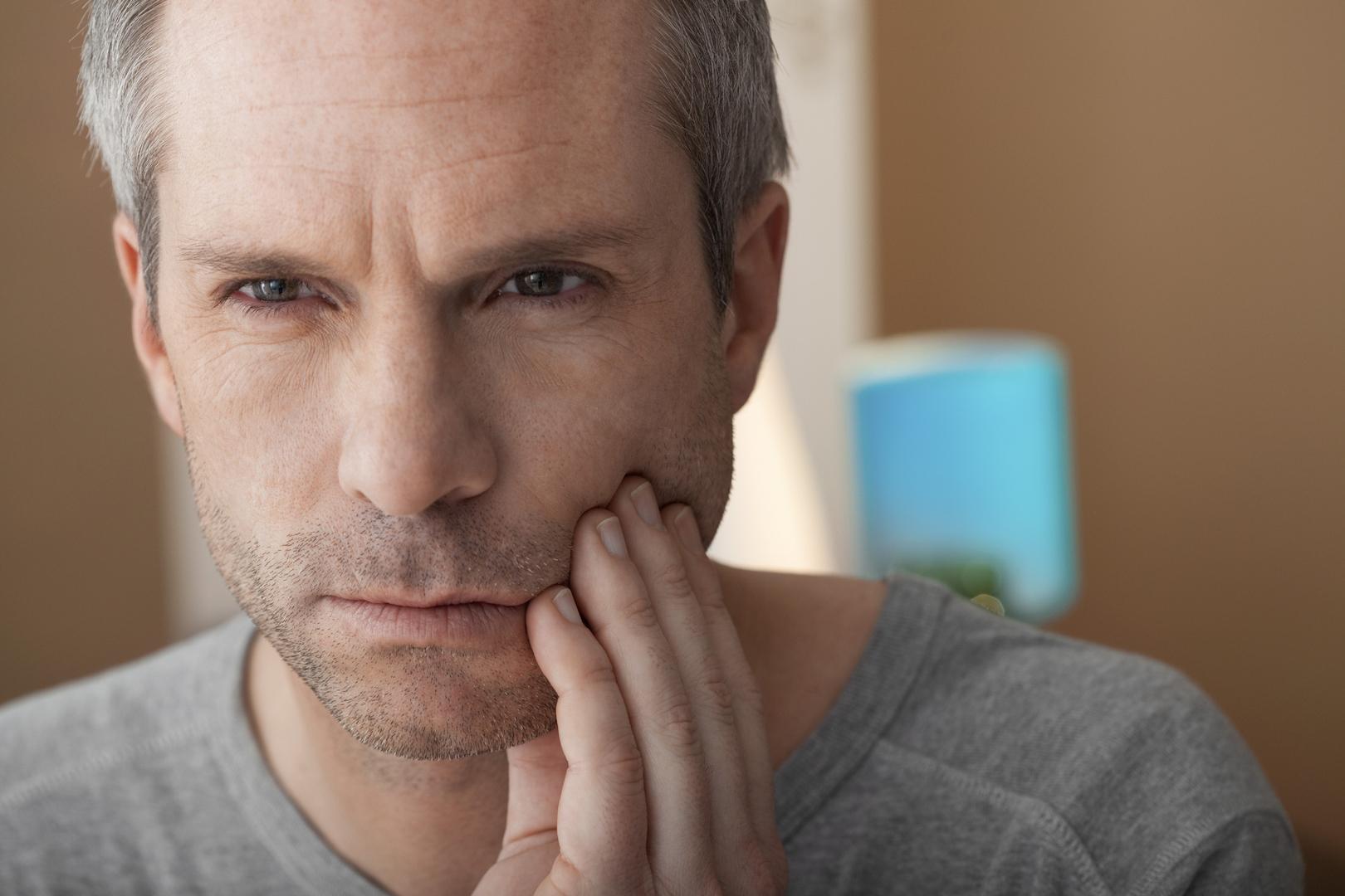 لماذا يعاني الكثيرون من صرير الأسنان؟ وكيف نخفف الضغط الواقع عليها؟