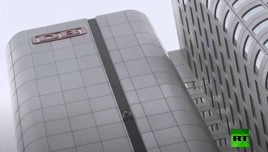 سبايدرمان الفرنسي يتسلق ناطحة سحاب في فرانكفورت