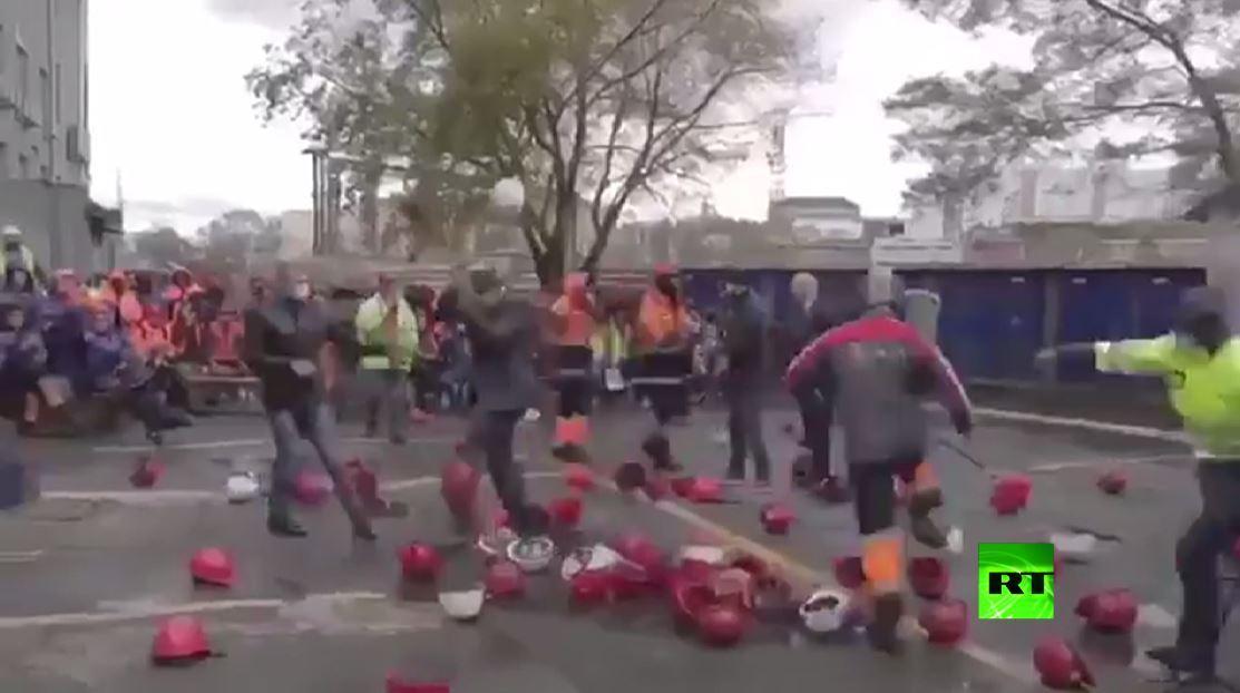عمال مرفأ في أقصى شرق روسيا يعتدون على رئيس شركة نقل ويضربونه بالخوذ