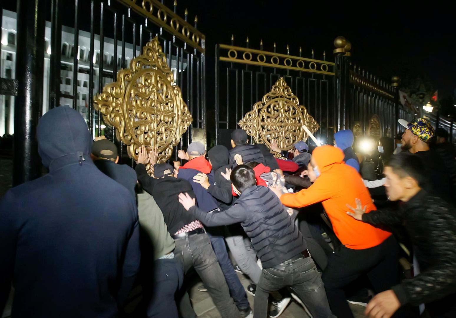 المتظاهرون في قرغيزيا يطلقون سراح الرئيس السابق ومسؤولين آخرين من مركز احتجازهم