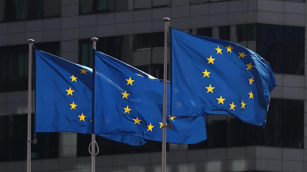 أعلام الاتحاد الأوروبي أمام مقر مفوضية التكتل في بروكسل.