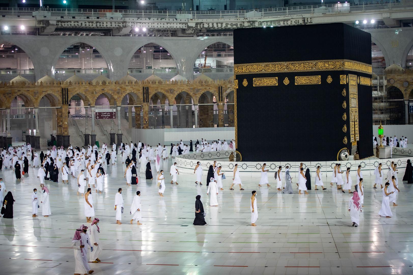 مسلمون يؤدون مناسك العمرة في الحرم الشريف بمكة المكرمة.