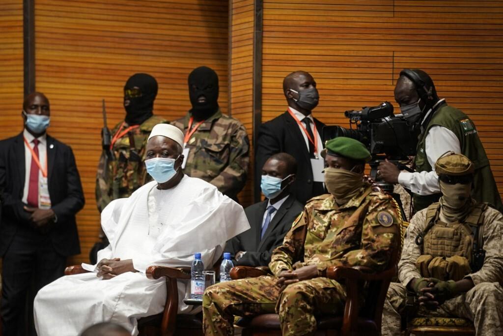 السلطات الانتقالية في مالي تفرج عن مسؤولين اعتقلوا خلال الانقلاب