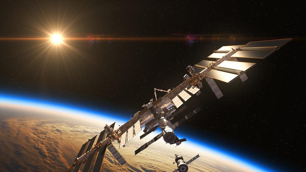 حيرة وسط مراقبي الأجسام الطائرة بعد رؤية جسم غامض يندفع قرب محطة الفضاء الدولية! (فيديو)