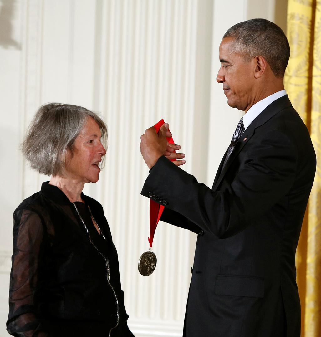 الشاعرة الأمريكية لويز غلوك مع الرئيس الأمريكي السابق باراك أوباما