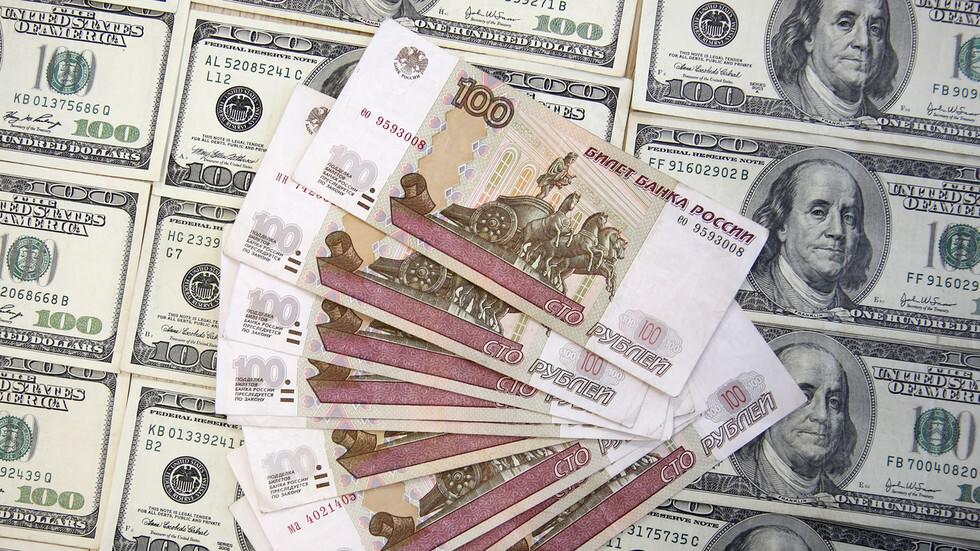 لأول مرة في أسبوعين.. الدولار ينخفض إلى دون مستوى 77 روبلا