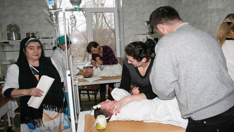 علاج حالات تسمم لدى الأطفال في داغستان (صورة أرشيفية)