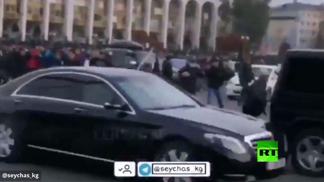 لحظة الهجوم على سيارة الرئيس القرغيزي السابق