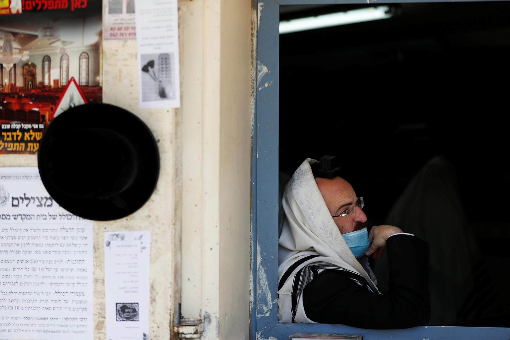 بالفيديو.. حاخام إسرائيلي بارز مصاب بكورونا يفقد وعيه في فعالية شعبية