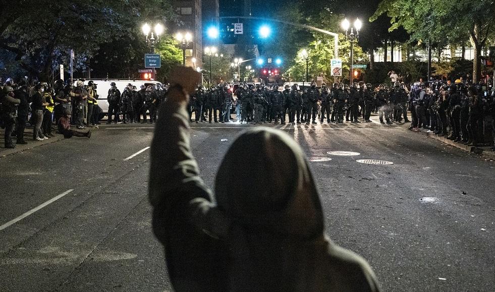 متظاهرون في بورتلاند يدمرون تماثيل للرئيسين لينكولن وروزفلت
