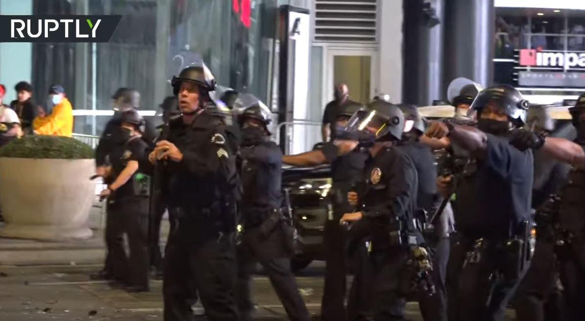 الشرطة الأمريكية تستخدم الغاز المسيل للدموع لتفريق مشجعي لوس أنجلوس ليكرز بعد تتويجه بـ