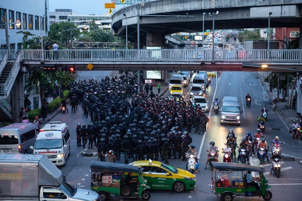 شرطة تايلاند تقيم حواجز لمنع المتظاهرين المناهضين للحكومة من التجمع
