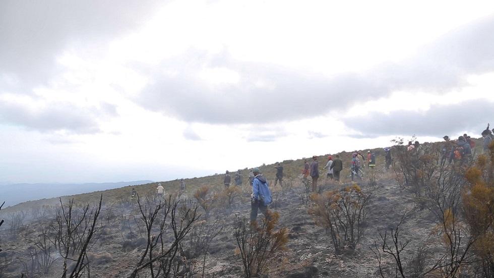 تنزانيا تستخدم طائرة هليكوبتر للمساعدة في إخماد حريق كليمنجارو