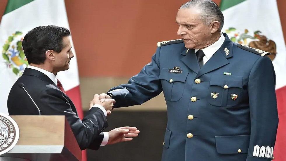 الرئيس المكسيكي يصافح الجنرال سلفادور سيينفويجوس