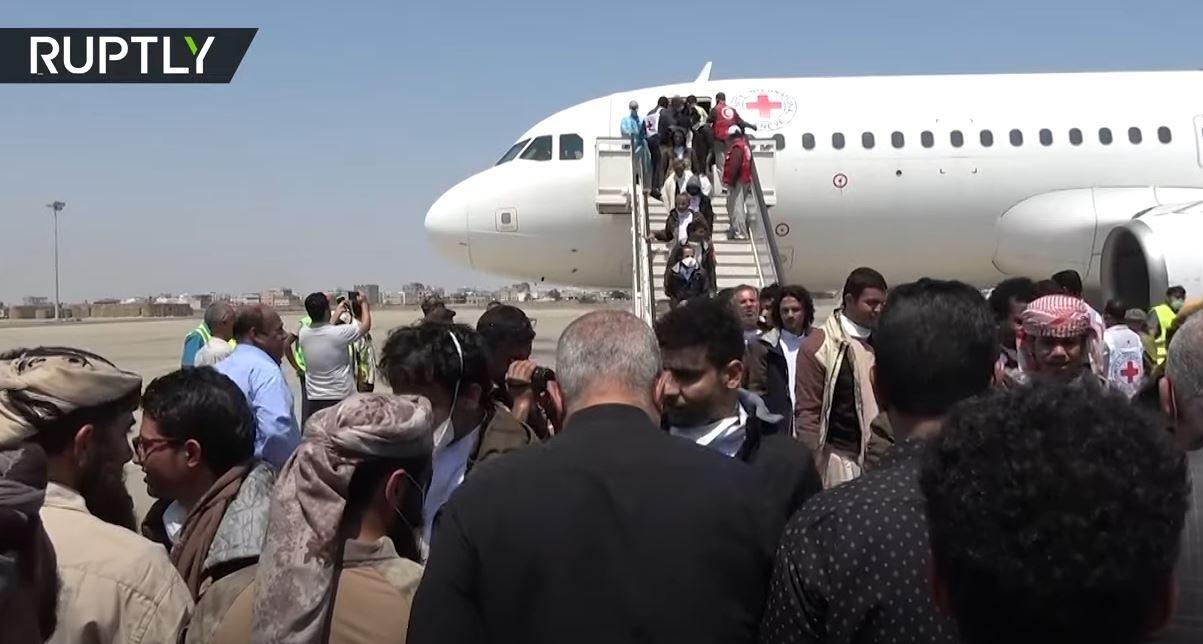 طائرة تحمل سجناء محررين تهبط في عدن