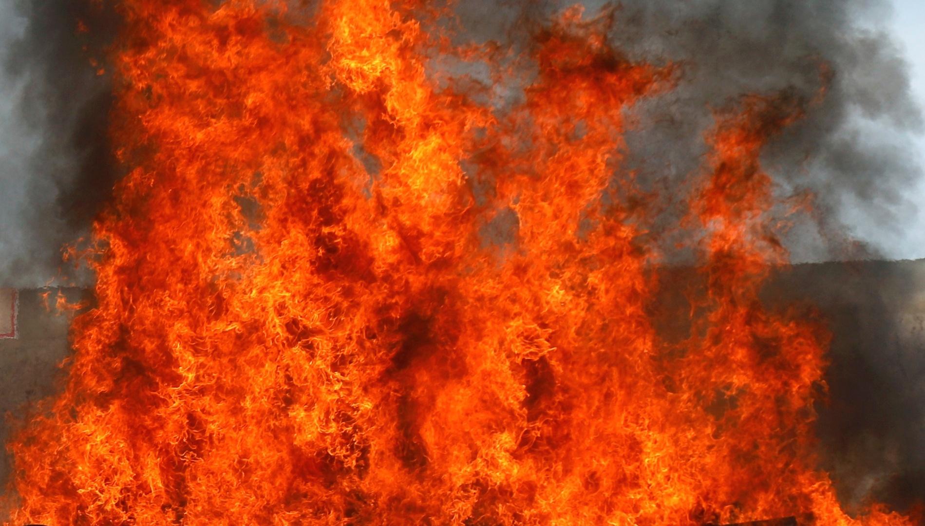 النيران تلتهم المركز التجاري