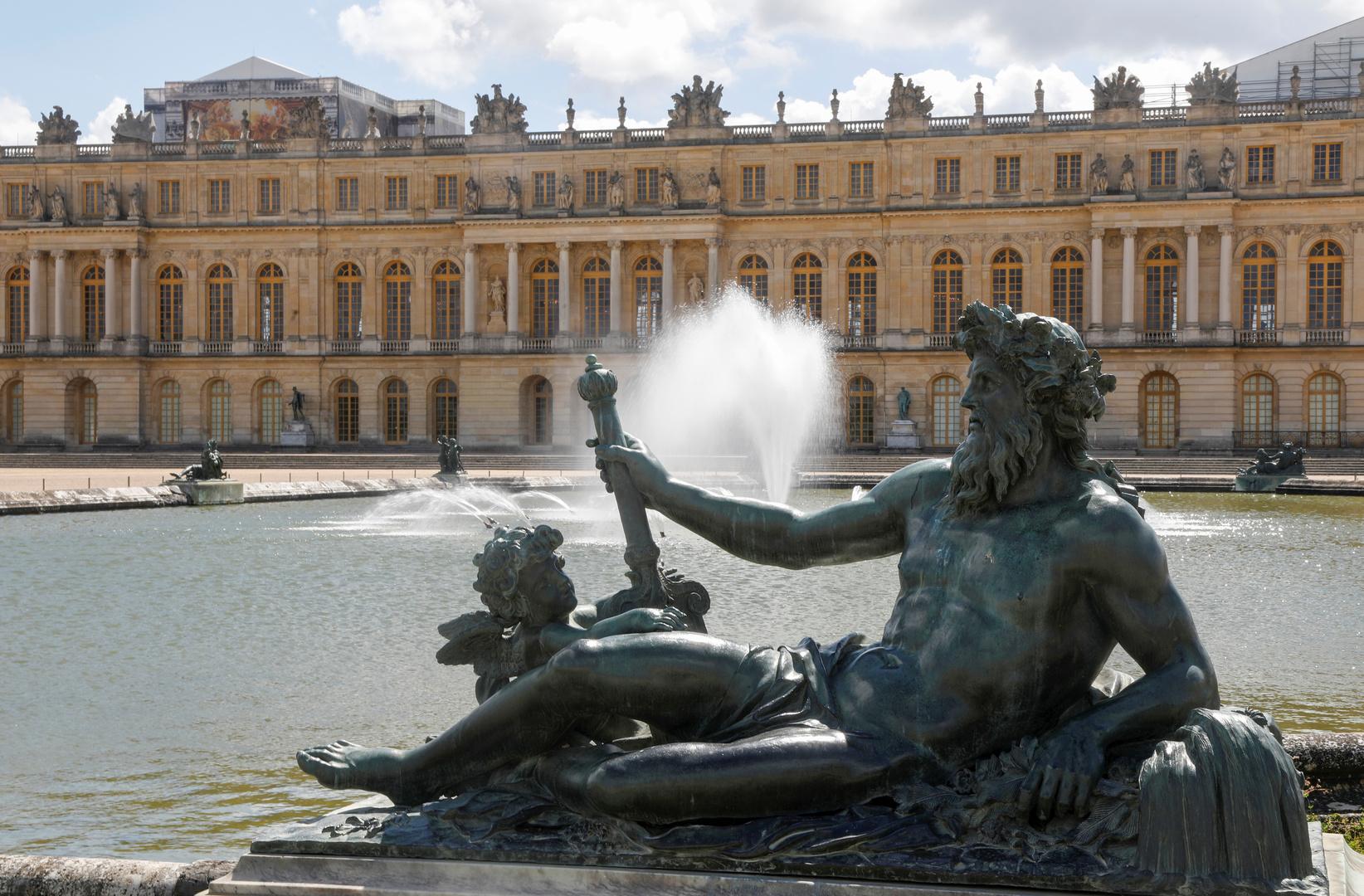فرنسا.. رجل ملتحف بمرتبة سرير يتسلل إلى قصر فرساي معتبرا نفسه ملكا