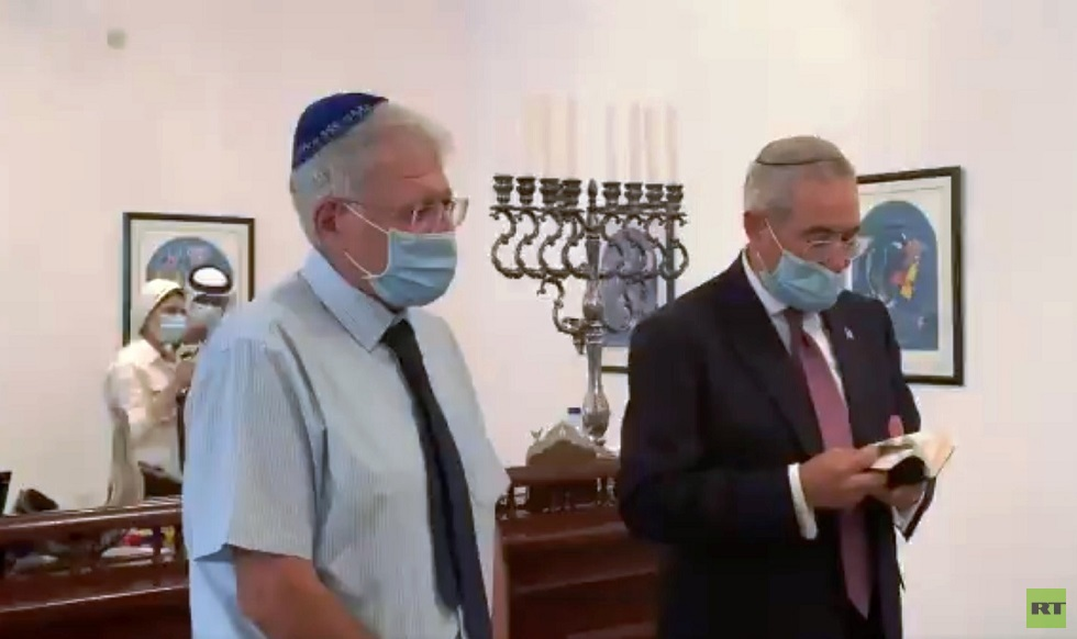 صلاة في المعبد اليهودي في البحرين بمشاركة أعضاء الوفد الإسرائيلي