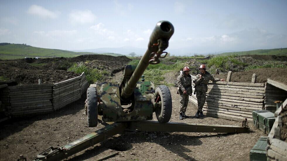 عسكريان أرمنيان في موقع وحدة مدفعية بإقليم ناغورني قره باغ المتنازع عليه.