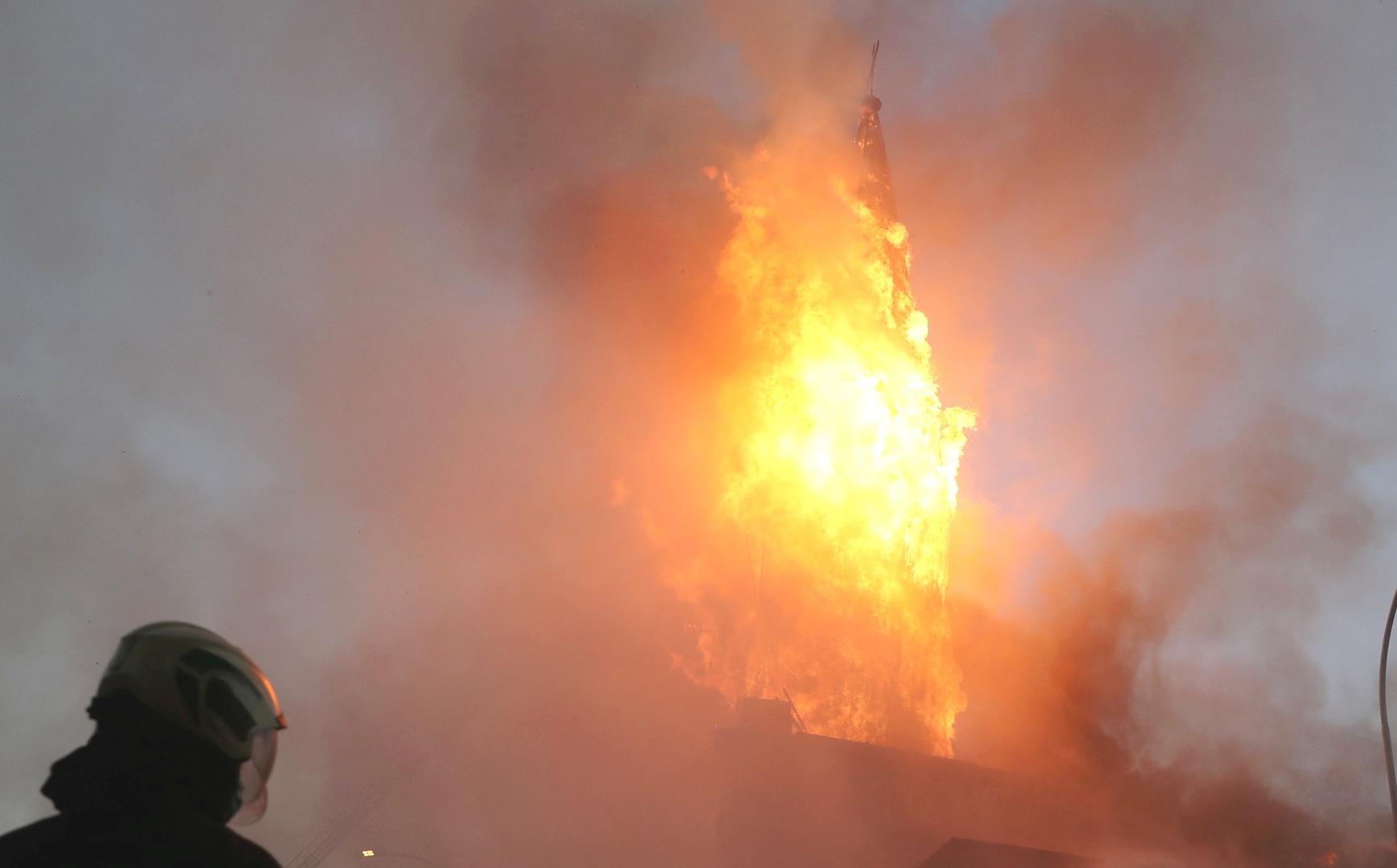 النيران تلتهم 40% من مركز تجاري في لاهور الباكستانية وتكبد خسائر مادية فادحة