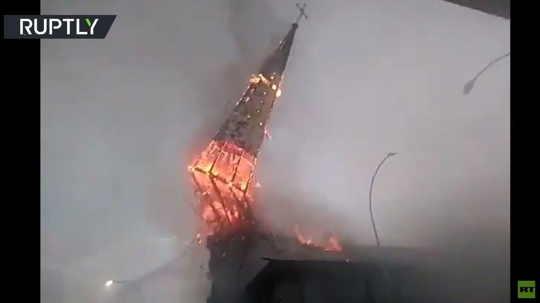 تشيلي.. لحظة  انهيار قبة كنيسة القرن التاسع عشر بعد إضرام النار فيها